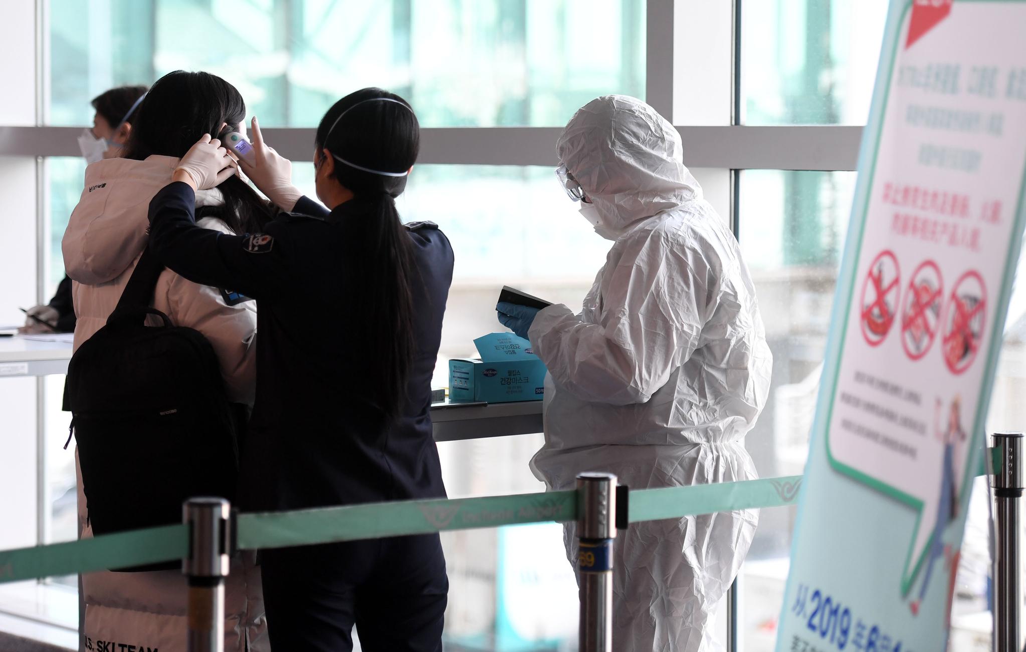 인천국제공항 제1터미널 입국장에서 중국 텐진발 항공편으로 입국한 사람들이 검역받고 있다. [연합뉴스]