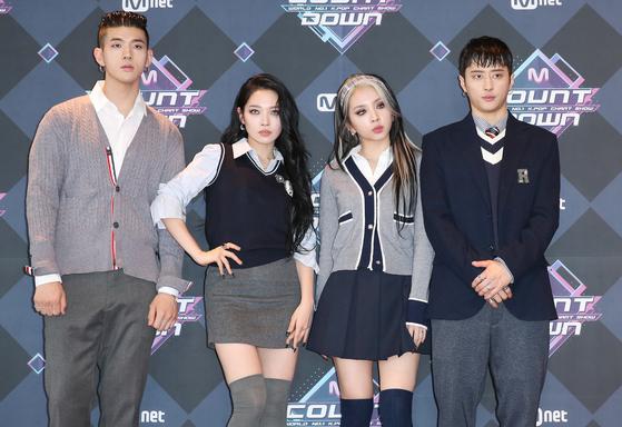 혼성그룹 KARD가 13일 오후 서울 마포구 상암동 CJ ENM센터에서 열린 Mnet '엠카운트다운' 리허설에 참석해 포즈를 취하고 있다. [뉴스1]