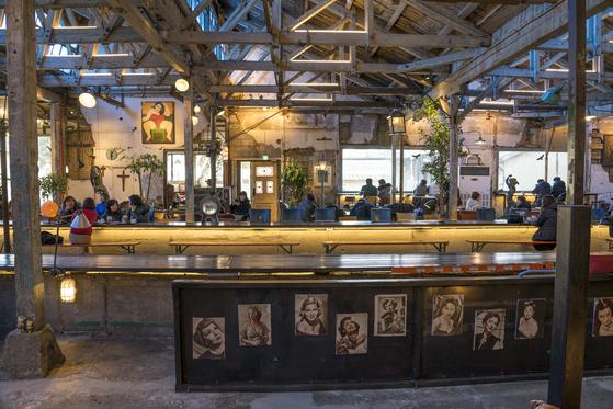 강화도에는 세월의 흔적을 고이 간직한 노포와 카페가 곳곳에 있다. 읍내의 '조양방직'은 1933년 세운 방직회사 건물을 이태 전 카페 겸 갤러리로 부활시킨 공간이다. 전국 음식점·카페 가운데 '카카오내비'로 가장 많이 찾아간 두 번째 가게다.