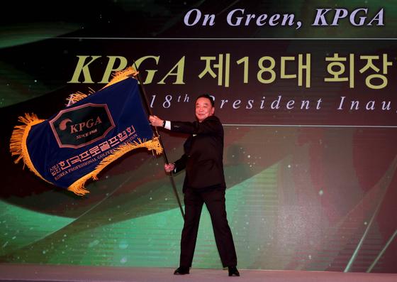 14일 KPGA 18대 회장 취임식에서 KPGA 깃발을 휘날리고 있는 구자철 회장. [사진 KPGA]
