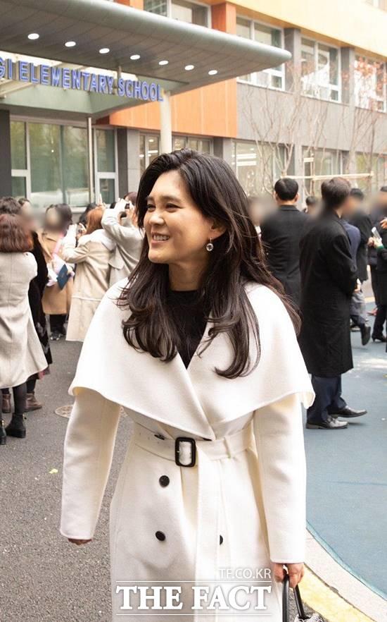 이부진(50) 호텔신라 사장이 지난 13일 흰색 코트를 입고 아들의 초등학교 졸업식에 참석하고 있다. [사진 더팩트]