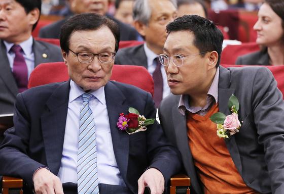 지난해 12월 17일 오후 국회 의원회관에서 열린 동아시아철도공동체 국제심포지엄에서 더불어민주당 이해찬 대표와 양정철 민주연구원장이 이야기하고 있다. [연합뉴스]