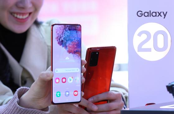 지난 12일 오후 서울 세종대로 kt스퀘어 광화문점에서 삼성전자가 미국 샌프란시스코에서 언팩(공개) 행사로 선보인 최신 스마트폰 갤럭시S20 시리즈가 소개되고 있다. [연합뉴스]
