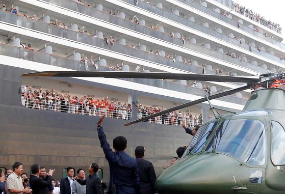 훈센 캄보디아 총리가 14일 시아누크항 부두에 도착, 헬기에서 내리면서 웨스테르담호 탑승객들에게 손을 흔들고 있다. [EPA=연합뉴스]