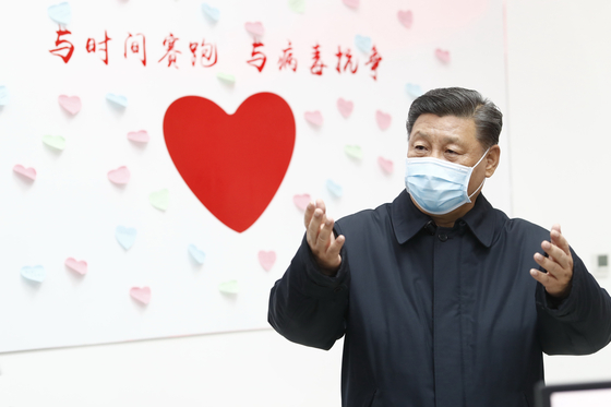 지난 10일 베이징 차오양구 질병통제예방센터를 방문한 시진핑 중국 국가주석. 시 주석이 신종 코로나바이러스 관련 현장을 찾은 것은 감염증 확산 이후 처음이다. [신화통신]