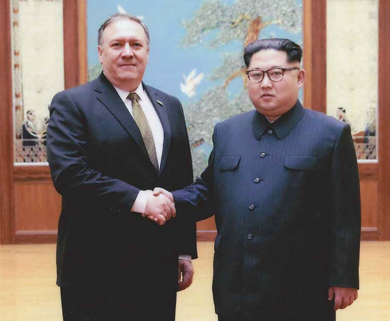 김정은 북한 국무위원장(오른쪽)이 2018년 5월 26일 방북한 마이크 폼페이오 미국 국무장관을 만나 악수를 나누고 있다. [연합뉴스]