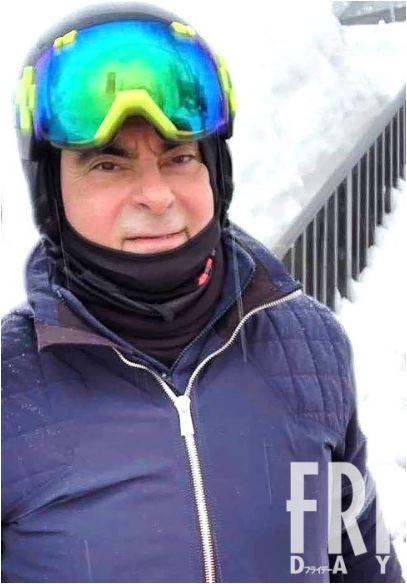 카를로스 곤이 레바논의 스키장에서 스키를 즐기고 있다는 일본 언론의 보도가 나왔다. 사진은 곤의 친구가 곤으로부터 직접 받은 것으로 알려졌다. [주간프라이데이 온라인 캡처]