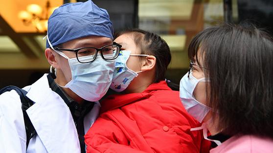 신종 코로나와 사투를 벌이는 후베이성을 지원하기 위해 중국 각지에서 의료진이 차출되고 있다. [중국 신화망 캡처]