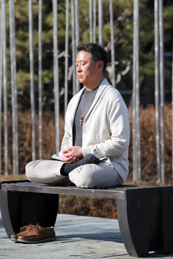 참선 자세를 취해달라는 주문에 테오도르 준 박이 서울시립미술관 앞 벤치에 앉았다. 최정동 기자