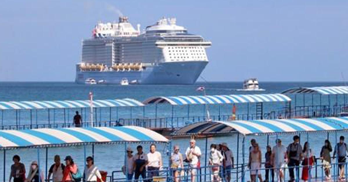 푸껫에 입항한 '퀀텀 오브 더 시즈'호 승객들이 섬에 도착하는 모습. [EPA=연합뉴스]