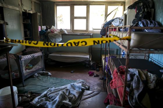 14일(현지시간) 화재가 발생해 최소 17명이 숨진 아이티 무허가 보육원 내부에 폴리스라인이 설치돼 있다. [AP=연합뉴스]