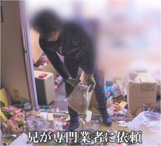 일본에서 고독사가 늘면서 유품 정리를 돕는 회사에 의뢰하는 이들이 크게 늘고 있다. 유품 정리업체 직원이 고독사한 현장에 어지럽게 널려 있는 물건들을 정리하고 있다. [도카이 TV]