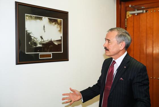 미국 대사관저는 6ㆍ25 당시 잠시 북한 군의 손에 넘어가기도 했다. 1950년 9월 미군이 관저를 되찾고 성조기를 다시 꽂고 있는 사진에 대해 해리스 대사가 설명하고 있다. 우상조 기자