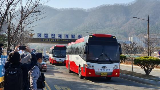 15일 오전 10시 충남 아산시 초사동 경찰인재개발원에서 2주간의 격리생활을 마친 중국 우한(武漢) 교민들이 탑승한 전세버스가 정문을 빠져나오고 있다. 신진호 기자