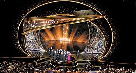 제92회 아카데미 시상식이 열린 지난 9일(현지시간) 밤 미국 LA 돌비<br>극장. 영화 '기생충' 관계자들이 작품상 수상 축하를 위해 함께 무대에 올랐다. [EPA=연합뉴스]