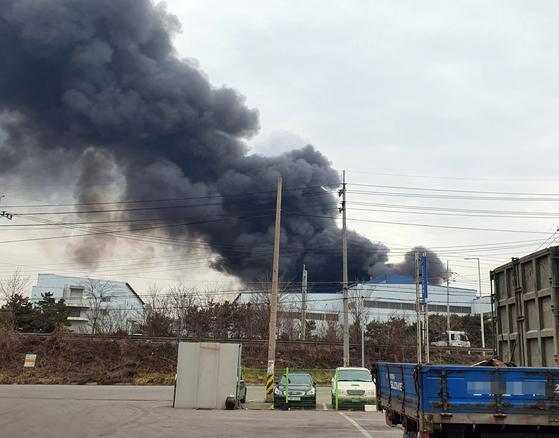 15일 오후 1시 31분께 충남 당진시 송악읍 동부제철 수처리 공장에 불이 나면서 검은 연기가 하늘로 치솟고 있다. [사진 당진시]