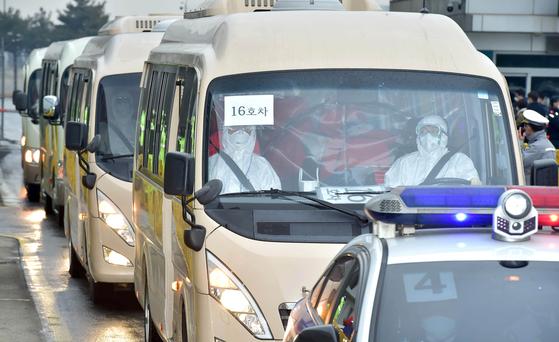 신종코로나감염증(코로나19) 발원지인 중국 우한에서 정부의 3차 전세기를 타고 귀국한 교민들이 12일 오전 서울김포비즈니스항공센터에서 버스를 타고 격리장소로 이동하고 있다. 김성룡 기자