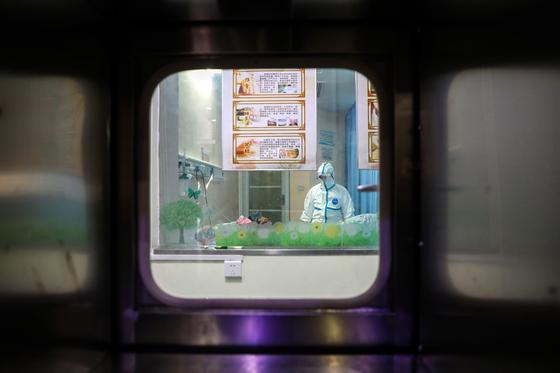 중국 우한에서 신종 코로나 감염 환자를 돌보고 있는 의료진의 모습. [EPA=연합뉴스]