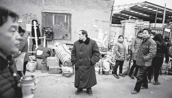 중국의 농촌에서 베이징으로 상경한 농민공들이 주거지를 배회하고 있다. [베이징 AFP=연합뉴스]