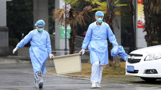 중국 의료진이 신종 코로나바이러스와 싸우다 감염되는 사례가 많아 커다란 우려를 낳고 있다. [로이터=연합뉴스]