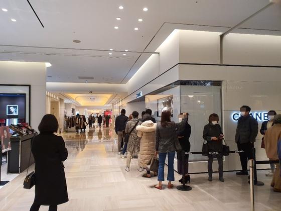 평일인 지난 11일 신세계백화점 강남점의 한 명품 매장 앞에 소비자들이 마스크를 착용하고 줄을 서서 입장을 기다리고 있다. 추인영 기자