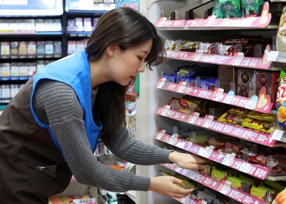 13일 오후 서울 서대문구 신촌의 한 편의점에서 직원이 초콜릿 선물세트를 진열하고 있다. [뉴스1]