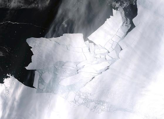 빙산 B-49가 지난 11일 파인섬 빙하에서 떨어져 나오며 갈라지고 있다. 이 사진은 ESA의 센티넬 2호위성이 지난 11일 촬영해 15일 공개했다.[EPA=연합뉴스]