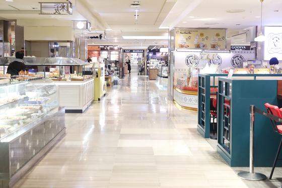 서울 시내 한 백화점이 신종 코로나바이러스 감염증 여파로 한산한 모습이다. [연합]
