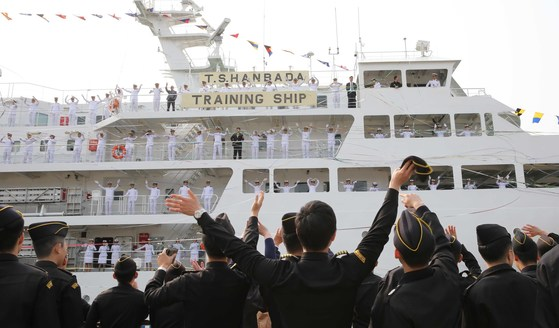 한국해양대 원양 항해 실습 출항식 모습. [중앙포토]