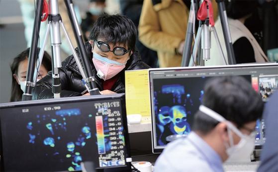 신종 코로나바이러스 감염증의 국내 확산을 막기 위해 인천국제공항에서 중국인 입국자를 전수발열검사하고 있다.