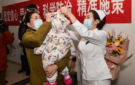 신종 코로나에 감염됐던 생후 9개월 아기가 건강을 회복해 퇴원하고 있다. [중국 신화망 캡처]