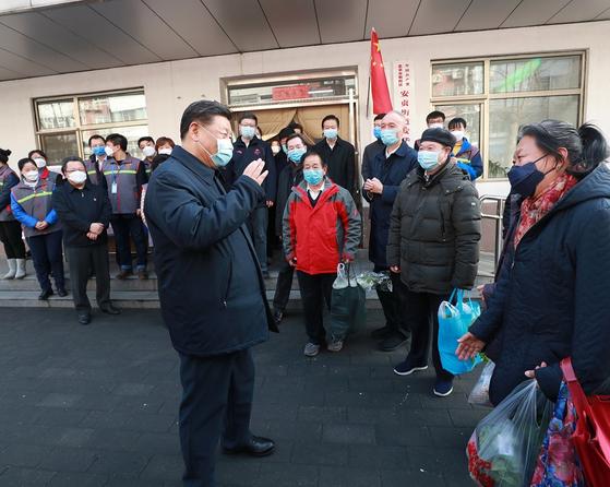 시진핑 중국 국가주석이 지난 10일 베이징의 한 주민센터를 찾아 신종 코로나 예방에 만전을 기해줄 것을 당부하고 있다. [중국 인민망 캡처]
