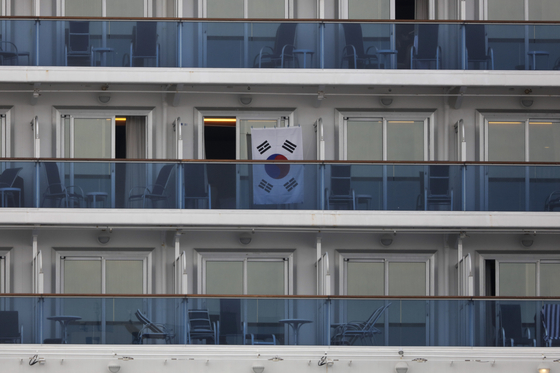 종 코로나바이러스 감염증(코로나19) 환자가 집단 발생해 일본 요코하마 항에 발이 묶인 크루즈선 다이아몬드 프린세스호의 한 객실 발코니에 15일 태극기가 걸려 있다. [AP=연합뉴스]