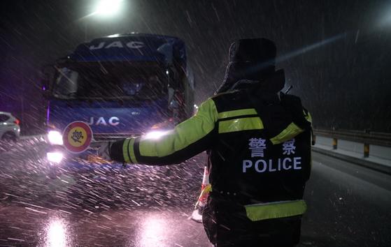 중국 산둥성에서는 지난 15일 눈보라가 거세게 휘날리는 가운데에서도 신종 코로나 확산을 막기 위한 방역 작업이 계속됐다. [중국 인민망 캡처]