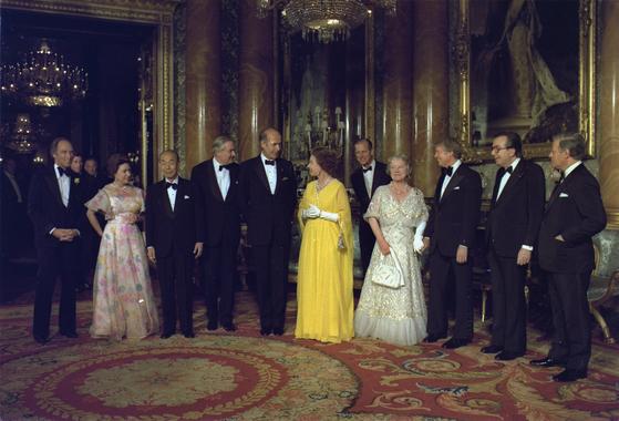 1977년 5월 13일 엘리자베스 2세 영국 여왕(가운데 노란 드레스 입은 사람)의 초대를 받은 세계 주요7개국(G7) 정상들이 버킹엄궁에 모였다. 당시 지미 카터 미국 대통령(오른쪽에서 셋째)과 후쿠다 다케오 일본 총리(왼쪽에서 셋째)도 참석했다. [로이터=연합뉴스]