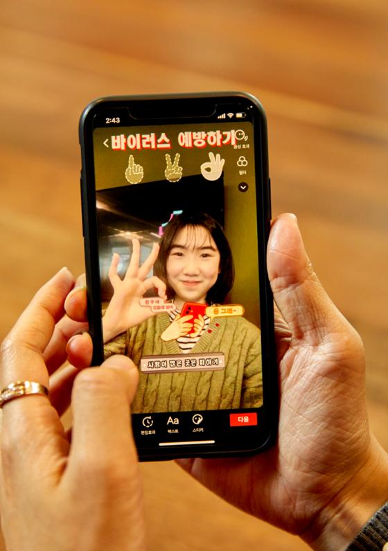 유다현 학생모델이 신종코로나바이러스 예방법 챌린지를 촬영하고 있다.