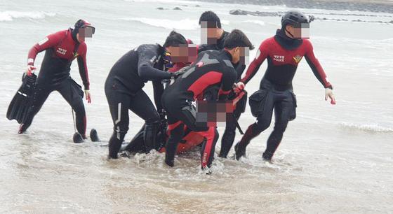 16일 오전 11시12분쯤 제주시의 한 해수욕장 인근에서 충남 태안 앞바다에서 실종된 남성 시신이 발견돼 해경에 의해 수습되고 있다. [사진 제주해양경찰서]