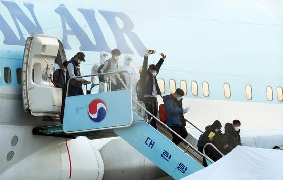 지난달 31일 신종 코로나 감염증(코로나19) 사태가 발생한 중국 우한시에 고립돼 있던 우리 국민들이 김포국제공항에 도착해 전세기에서 내리고 있다. 이 중엔 중국 현지 주재원도 상당수가 포함됐다. [뉴스1]