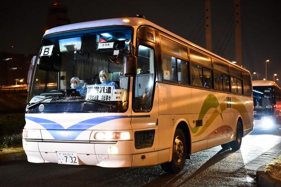 승객들은 태운 버스가 하네다공항에 도착하고 있다. [AFP=연합뉴스]