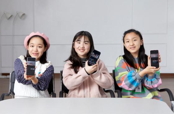 (왼쪽부터)이은채·정하민 학생기자, 박수연 학생모델이 블로 앱을 이용해 영상을 편집하고 있다. 각자 개성을 살린 촬영 영상을 토대로 취향에 맞게 자막, 스티커 등의 효과를 넣었다.
