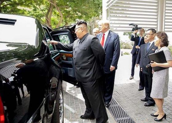 김정은 북한 국무위원장이 지난 2018년 6월 12일 북미정상회담이 열린 싱가포르 카펠라 호텔에서 트럼프 대통령의 안내로 미국 대통령 전용차인 '더 비스트' 안을 들여다 보고 있다. [사진 백악관]