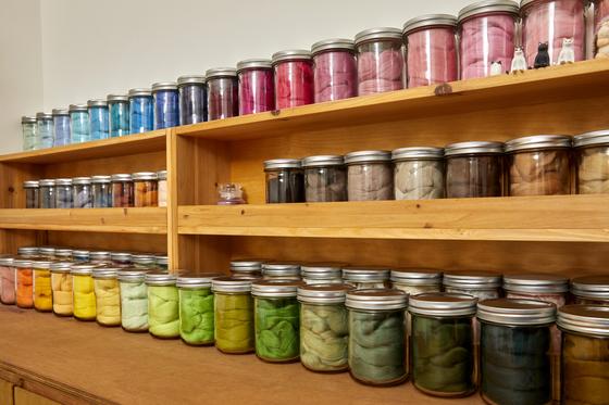니들펠트의 재료가 되는 양모. 공방 안에는 색색깔의 양모가 진열되어 있다.