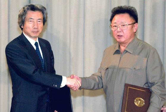 2002년 9월 17일 고이즈미 준이치로(왼쪽) 당시 일본 총리와 김정일 북한 국방위원장이 평양 백화원에서 북일평양선언에 서명한 후 악수를 하고 있다. [연합뉴스]