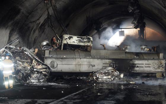 17일 차량 다중충돌 사고가 난 완주~순천 간 고속도로의 터널 현장에 사고 차량 잔해가 어지러져 있다. [연합뉴스]