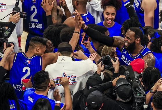 팀 르브론 소속 선수들이 NBA 올스타전 우승 직후 환호하고 있다. [EPA=연합뉴스]