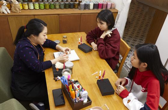 본격적인 작업에 들어가기 전 소중 학생기자단이 박희진 작가와 함께 만들 작품을 스케치하며 구상하고 있다.
