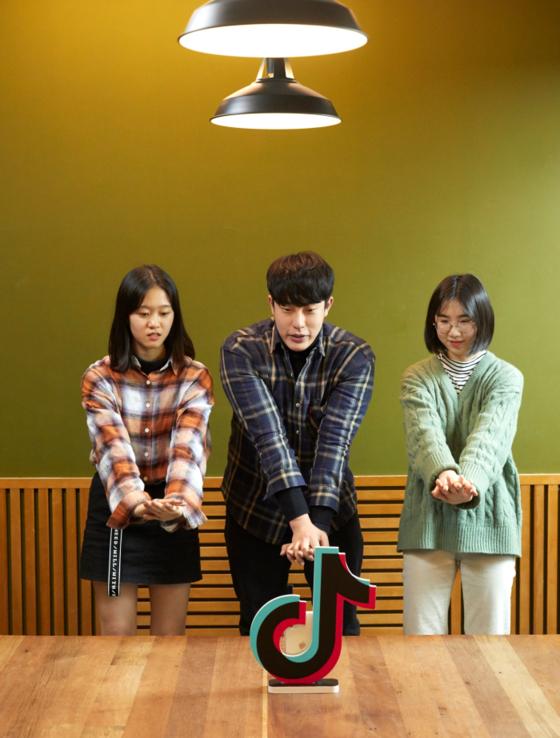소중 학생기자단이 이승재(가운데) 운영매니저와 '심쿵100' 챌린지 영상을 촬영하는 모습이다.