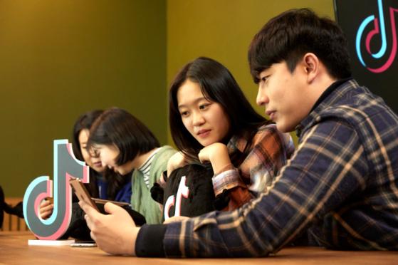 소중 학생기자단이 틱톡 관계자에게 앱 이용법을 배우고 있다.