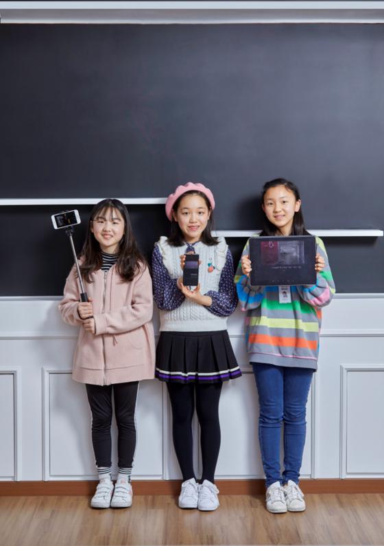 (왼쪽부터)정하민·이은채 학생기자, 박수연 학생모델이 블로 앱 본사에서 포즈를 취했다. 각자 영상 촬영, 제작용으로 준비물도 꼼꼼하게 챙겼다.