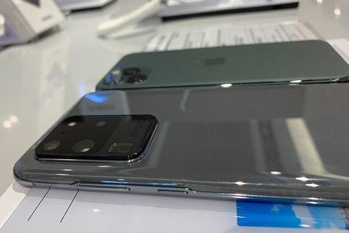 갤럭시S20울트라(아래)와 아이폰11프로의 뒷면 카메라 모듈 부분. 지난 15일 서울 삼성동 현대백화점 무역센터점에서 촬영했다. 김영민 기자